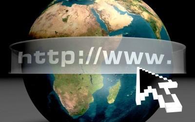 Une photo de la terre avec en banderole http:// www. pour expliquer la recherche du bon nom de domaine